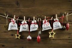 Deutsche Weihnachtsgrußkarte mit Geschenken vom Herzen Stockfotos