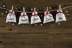 Deutsche Weihnachtskarte oder -hintergrund mit Text: Liebe, Energie, Glück Stockfotografie