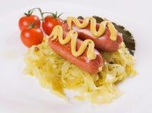 Deutsche Wurst mit Senf und Sauerkraut Lizenzfreie Stockfotos
