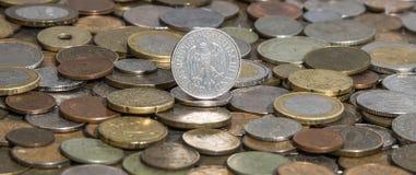 Deutschemark på bakgrund av många gamla mynt arkivfoton