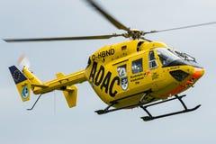 Deutscher ADAC-Hubschrauber Christoph 22 in der Aktion Stockbild