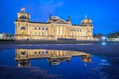 Deutscher Bundestag la nuit dans la ville de Berlin, Allemagne photos stock