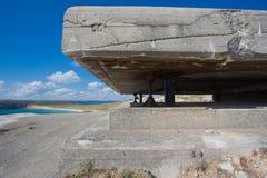 Deutscher Bunker vom zweiten Weltkrieg und vom Atlantik Stockbild