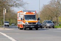Deutscher Krankenwagen fährt zu einem Beschäftigungsort Stockfotos