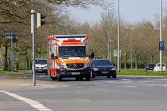 Deutscher Krankenwagen fährt zu einem Beschäftigungsort Lizenzfreies Stockbild