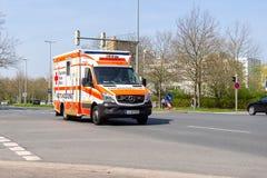 Deutscher Krankenwagen fährt zu einem Beschäftigungsort Lizenzfreie Stockbilder