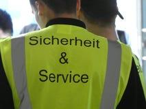 Deutscher Polizeibeamte, der eine gelbe reflektierende Weste trägt stockbild