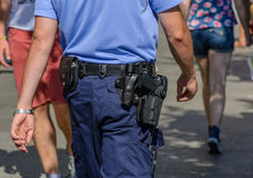 Deutscher Polizeibeamte, Leute beobachtend Lizenzfreies Stockbild