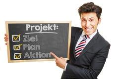 Deutscher Projektplan auf Klemmbrett Stockfotografie