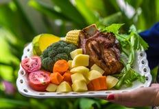 Deutscher Schweinefleischknöchel und buntes Gemüse Lizenzfreies Stockfoto