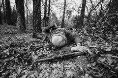 Deutscher Soldat Lying Wehrmacht-Infanterie-Soldat-In World Wars II lizenzfreie stockfotos