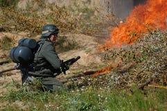 Deutscher Soldat mit Flammenwerfer Stockbilder
