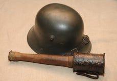 Deutscher Stahlkampfsturzhelm und -Stielhandgranate des großen Krieges WW1 Lizenzfreies Stockfoto