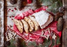 Deutscher Stollen-Weihnachtskuchen-und -feier-Dekorationen Traditionelles Backen mit Beeren, Nüsse, Marzipan Lizenzfreies Stockbild
