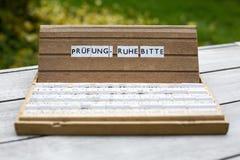 Deutscher Text: Bitte Pruefung Ruhe Stockfotografie