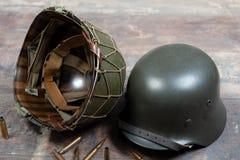 Deutscher und U Milit?rsturzhelme s-Zweiten Weltkrieges, Kampf von Normandie 1944 lizenzfreie stockfotografie