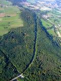 Deutscher Wald und Straße, die durch überschreitet Stockbild