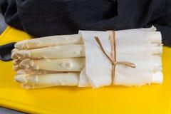 Deutscher weißer Spargel des neuen Frühlinges, kochfertig, auf gelbem Ba Stockbilder