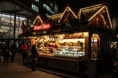 Deutscher Weihnachtsmarktstall mit Bonbons stockfoto
