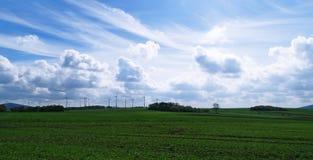Deutsches Ackerland und Windkraftanlagen Stockfotos
