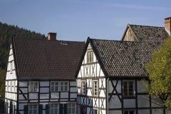 Deutsches Dorf mit gezimmerten Häusern Stockbilder