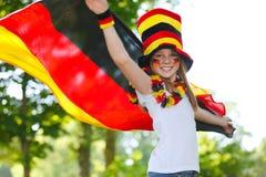 Deutsches Fußbalgebläse, das ihre Markierungsfahne wellenartig bewegt Lizenzfreies Stockbild