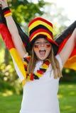 Deutsches Fußbalgebläse, das ihre Markierungsfahne wellenartig bewegt Stockbilder