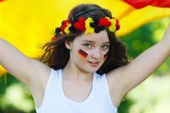 Deutsches Fußbalgebläse, das ihre Markierungsfahne wellenartig bewegt Stockfoto