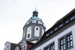 Deutsches Gebäude des alten Ziegelsteinsteins mit Glockenturm lizenzfreie stockfotografie