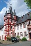 Deutsches half-timbered Haus mit antikem Auto Stockfotografie