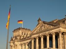 Deutsches Markierungsfahnen-Flugwesen über Reichstag Stockbild