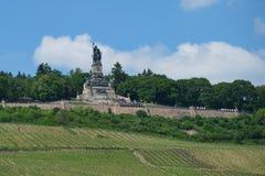 Deutsches Monument Niederwalddenkmal an einem sonnigen Tag lizenzfreie stockfotos