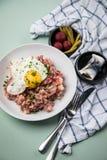 Deutsches Nordhamburg Labskaus ist eine Zartheit mit Corned-Beef, Kartoffeln, Rote-Bete-Wurzeln, in Essig eingelegten Essiggurken stockfotografie