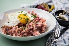 Deutsches Nordhamburg Labskaus ist eine Zartheit mit Corned-Beef, Kartoffeln, Rote-Bete-Wurzeln, in Essig eingelegten Essiggurken stockfoto