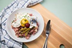 Deutsches Nordhamburg Labskaus ist eine Zartheit mit Corned-Beef, Kartoffeln, Rote-Bete-Wurzeln, in Essig eingelegten Essiggurken stockbilder