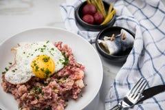 Deutsches Nordhamburg Labskaus ist eine Zartheit mit Corned-Beef, Kartoffeln, Rote-Bete-Wurzeln, in Essig eingelegten Essiggurken lizenzfreie stockfotos