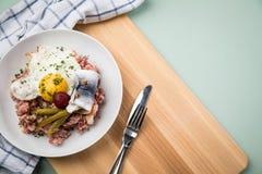 Deutsches Nordhamburg Labskaus ist eine Zartheit mit Corned-Beef, Kartoffeln, Rote-Bete-Wurzeln, in Essig eingelegten Essiggurken stockfotos