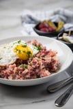 Deutsches Nordhamburg Labskaus ist eine Zartheit mit Corned-Beef, Kartoffeln, Rote-Bete-Wurzeln, in Essig eingelegten Essiggurken stockbild