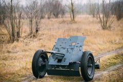 Deutsches Panzerabwehr- Gewehr PAK 36 auf dem Gebiet Es war die Panzerabwehr- hauptsächlichwaffe von Wehrmacht-Infanterie-Einheit lizenzfreie stockbilder
