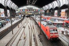 Deutsches regionales Eil BEZÜGLICH des Zugs von Deutsche Bahn, kommt zu Hamburg-Bahnstation im Juni 2014 Lizenzfreie Stockfotografie