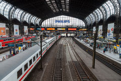 Deutsches regionales Eil BEZÜGLICH des Zugs von Deutsche Bahn, kommt zu Hamburg-Bahnstation im Juni 2014 Lizenzfreies Stockbild