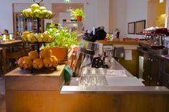 Deutsches Restaurant in Berlin, in der italienischen Restaurants, eleganter und sauberer hellen, modernen Innenarchitektur des Re lizenzfreie stockbilder