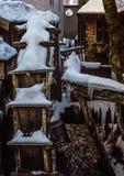 Deutsches rustikales Mühlrad bedeckt im Eis und im Schnee Lizenzfreie Stockfotos
