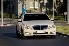Deutsches Taxi auf der Straße Stockfotografie