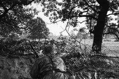 Deutsches verstecktes Sitzen Wehrmacht-Infanterie-Soldat-In World Wars II stockbilder
