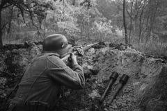 Deutsches verstecktes Sitzen Wehrmacht-Infanterie-Soldat-In World Wars II lizenzfreie stockfotografie