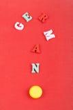 Deutsches Wort auf dem roten Hintergrund verfasst von den hölzernen Buchstaben des bunten ABC-Alphabetblockes, Kopienraum für Anz Lizenzfreie Stockbilder