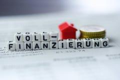 Deutsches Wort VOLLE FINANZIERUNG, die durch Alphabet gebildet wird, blockiert: Vollfinanzierung Stockbild