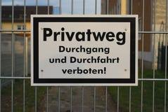 Deutsches Zeichen, nicht auf dieses private proberty zu gehen oder zu fahren Lizenzfreie Stockfotos