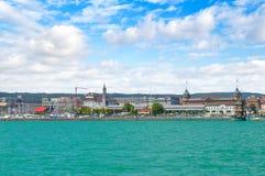 Deutschland-Ansicht über die Stadt Constance von der Fähre auf Bodensee Stockbild